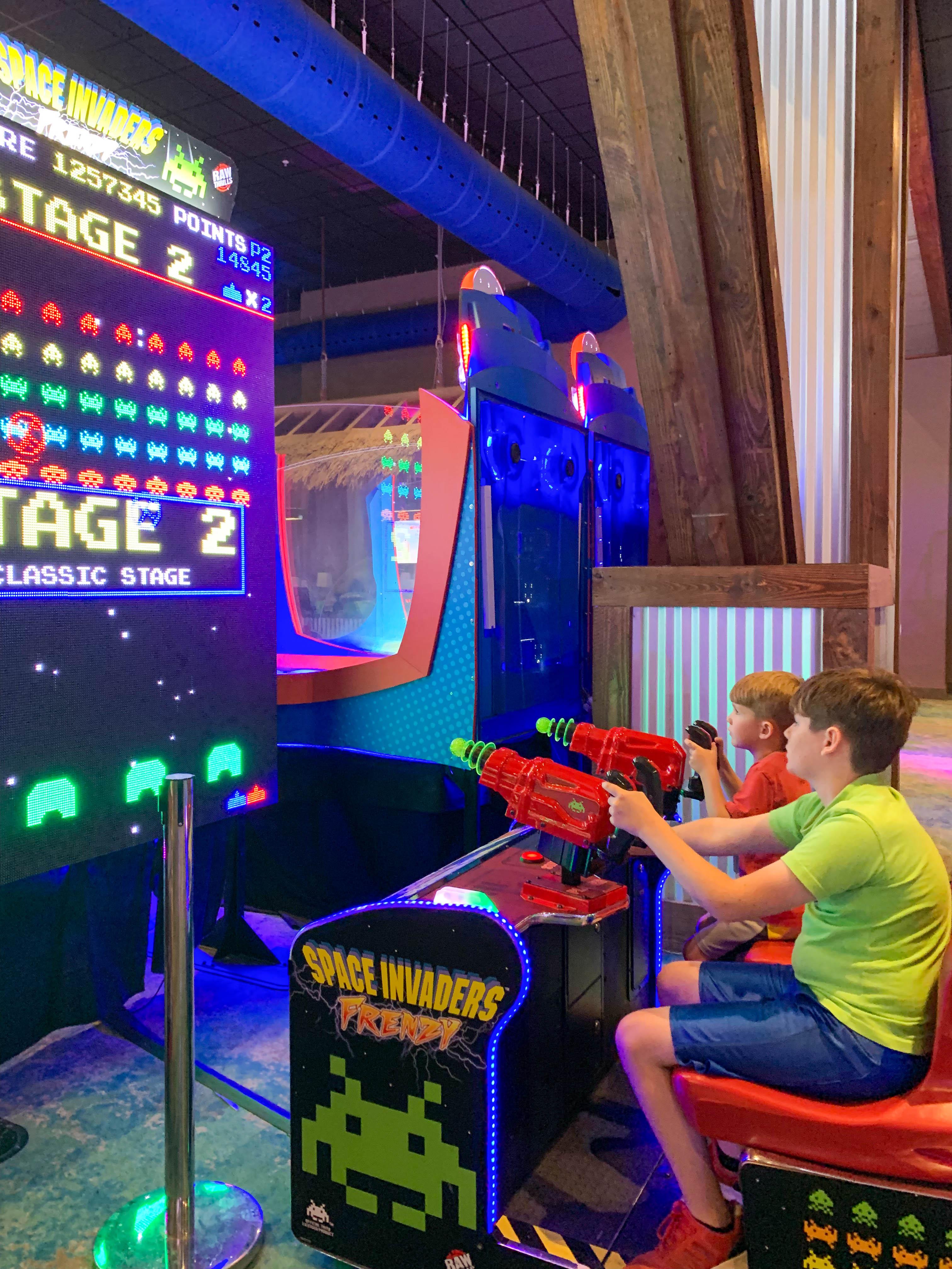 Escape Arcade'de Space Invaders oynayan çocuklar.