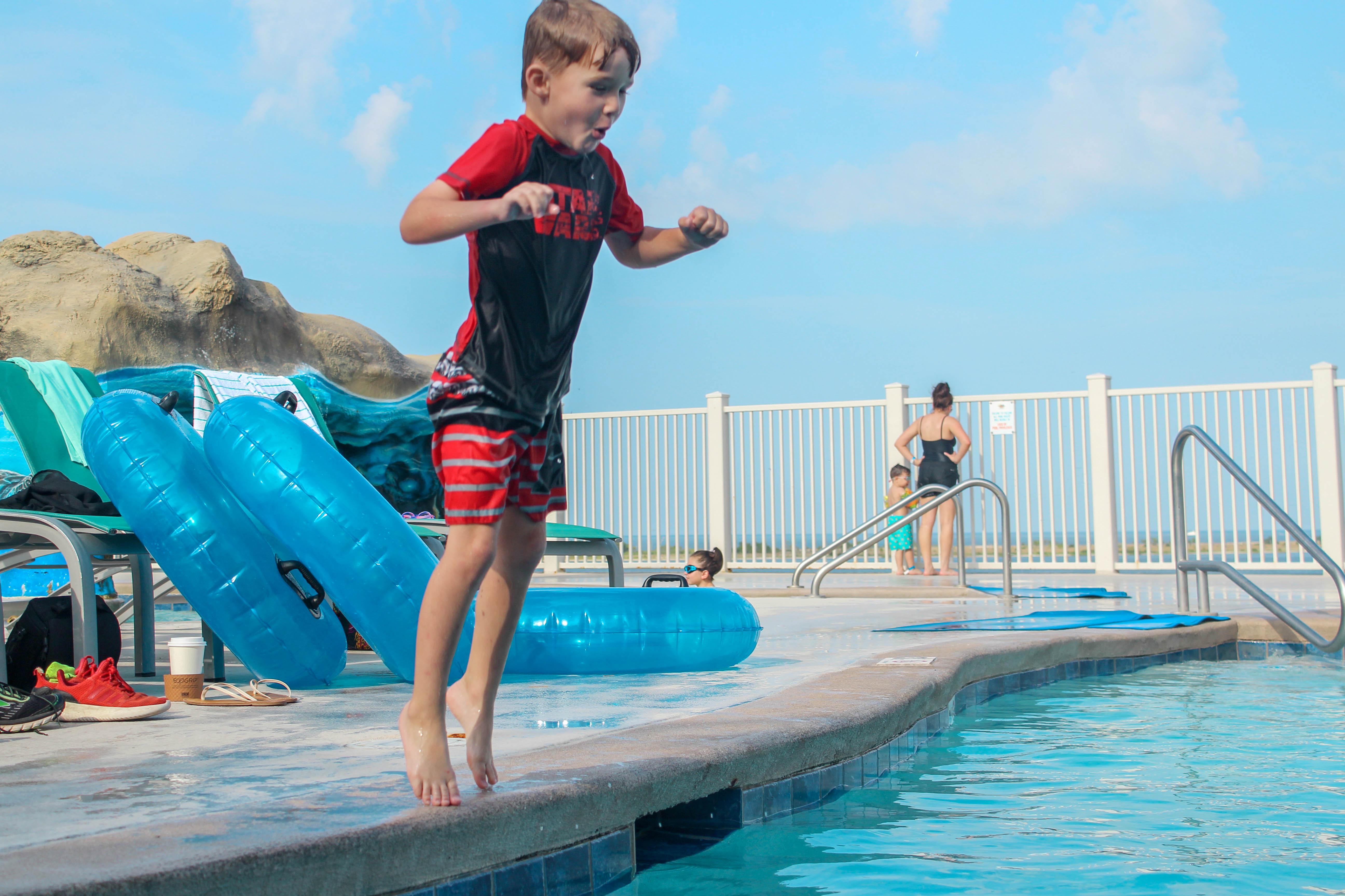 Margaritaville tatil beldesinde suda atlama çocuk